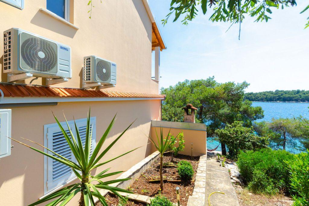 korcula karbuni apartments silva backyard 01 1024x683
