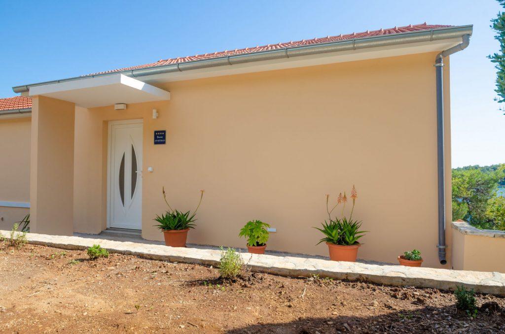 korcula karbuni apartments silva backyard 03 1024x678